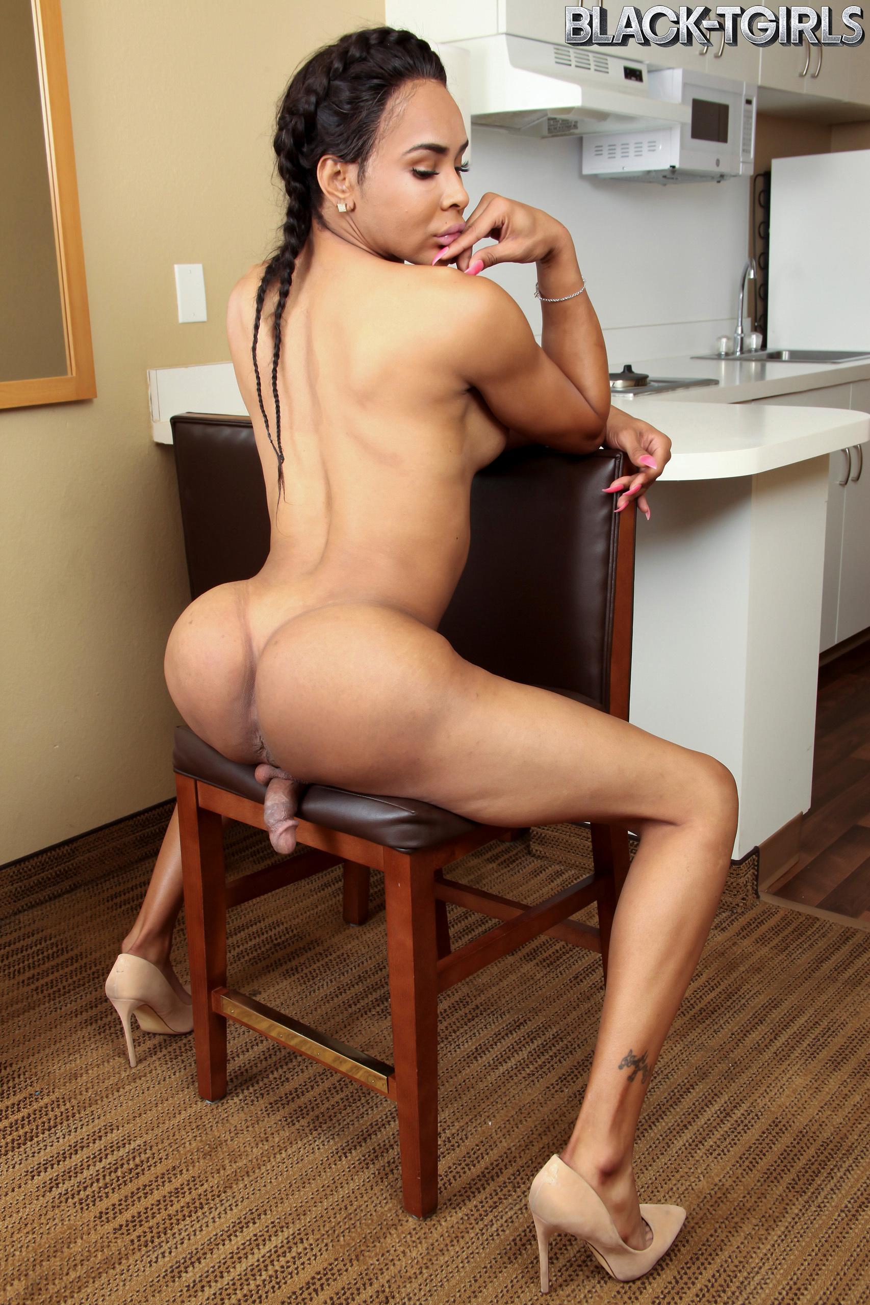 Chyna Twerks Her Meaty Ass!