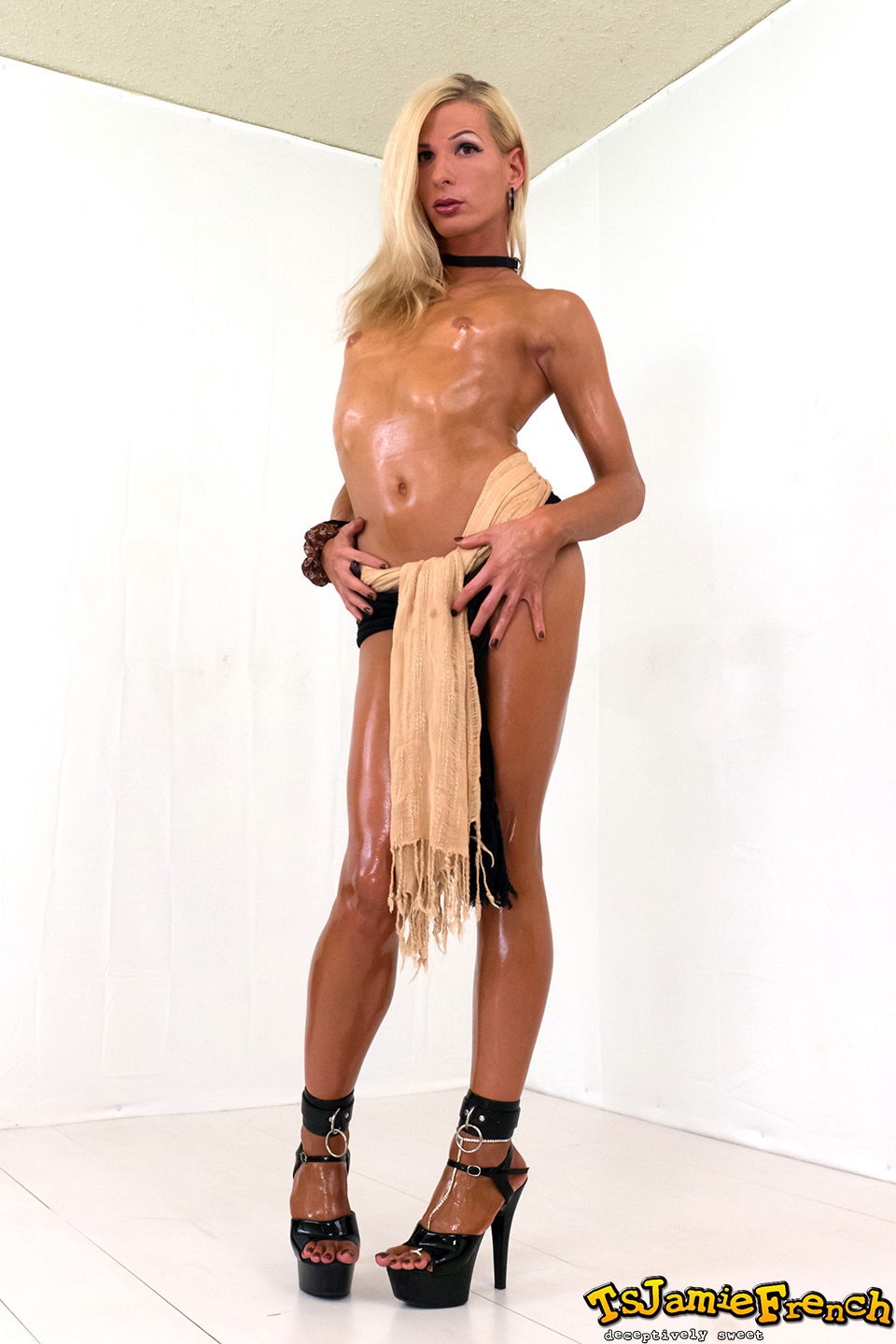 Hotcha. After A Deep Tan, Jamie Shows Us Off Her Amazing Bod