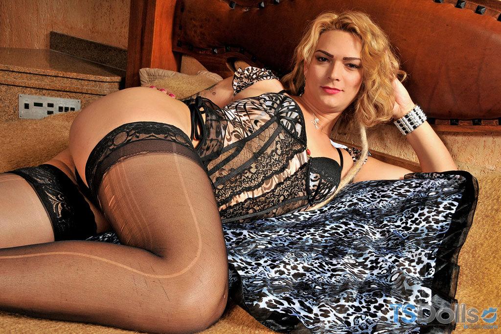 Sensuous Blonde Tranny Baring All